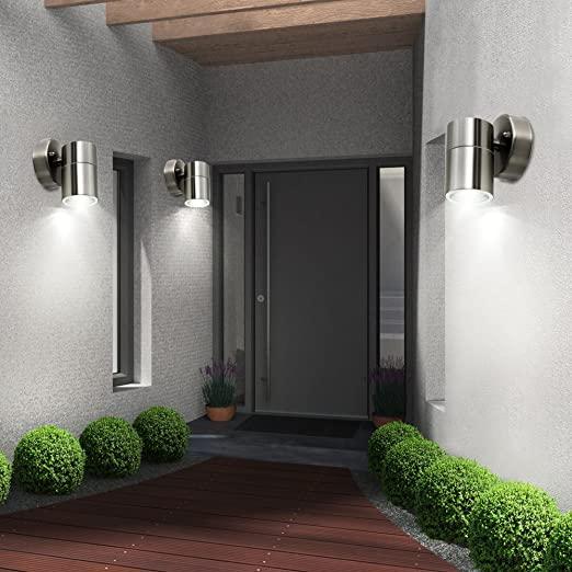 entrada de casa con foco led exterior